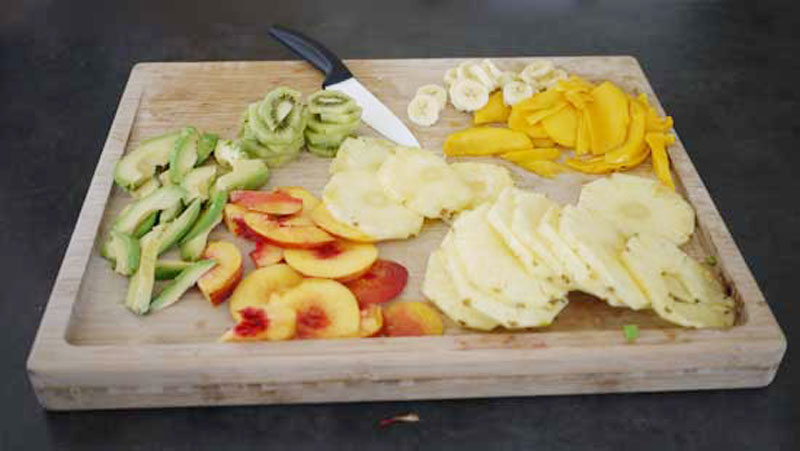 Découpe des tranches pour déshydrater les fruits