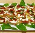 Barquettes de pommes de terre au jambon cru et aux tomates confites